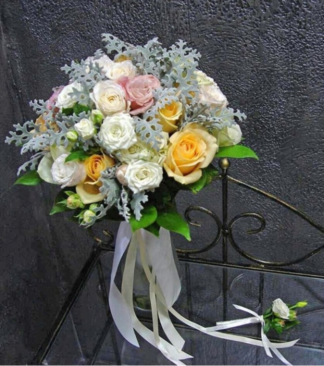 Белые и кремовые розы