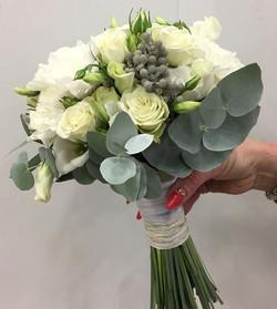 Белые розы с брунией и эвкалиптом