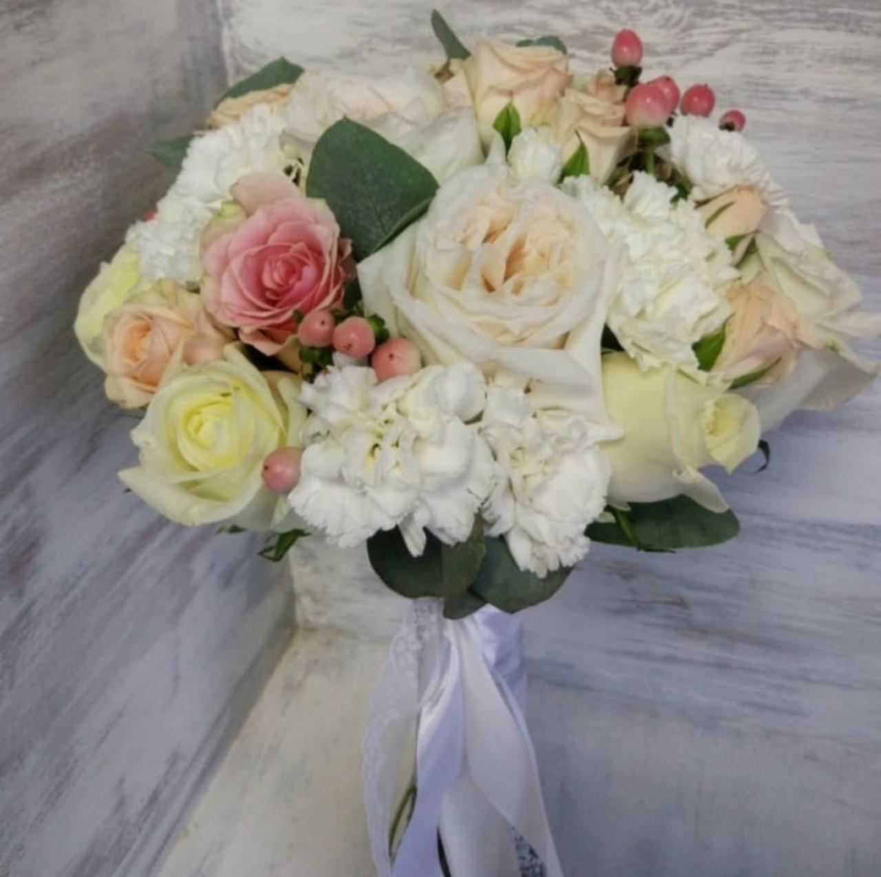 Белый с кремовыми розами