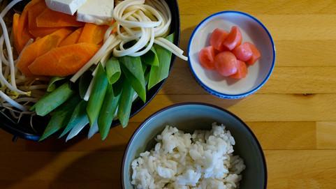 סוקיאקי, תבשיל בשר בקדירה וחמוצים יפנים