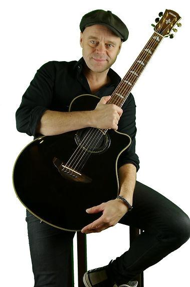 Michel Gitarre ln sitzend klein.jpg