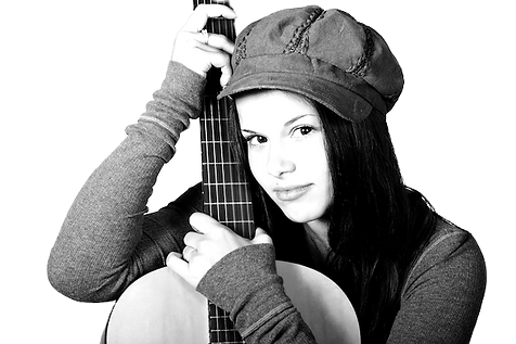 Mädchen_mit_Gitarre_lernen_edited.png