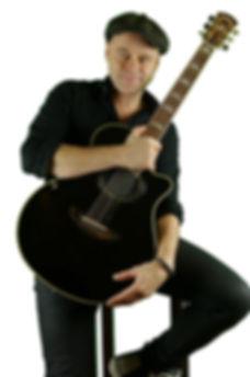 Michel Gitarre ln sitzend.jpg