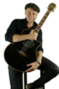 Michel Gitarre ln sitzend klein 2.jpg