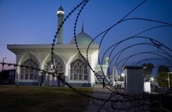 Srinagar, barbwire around mosque