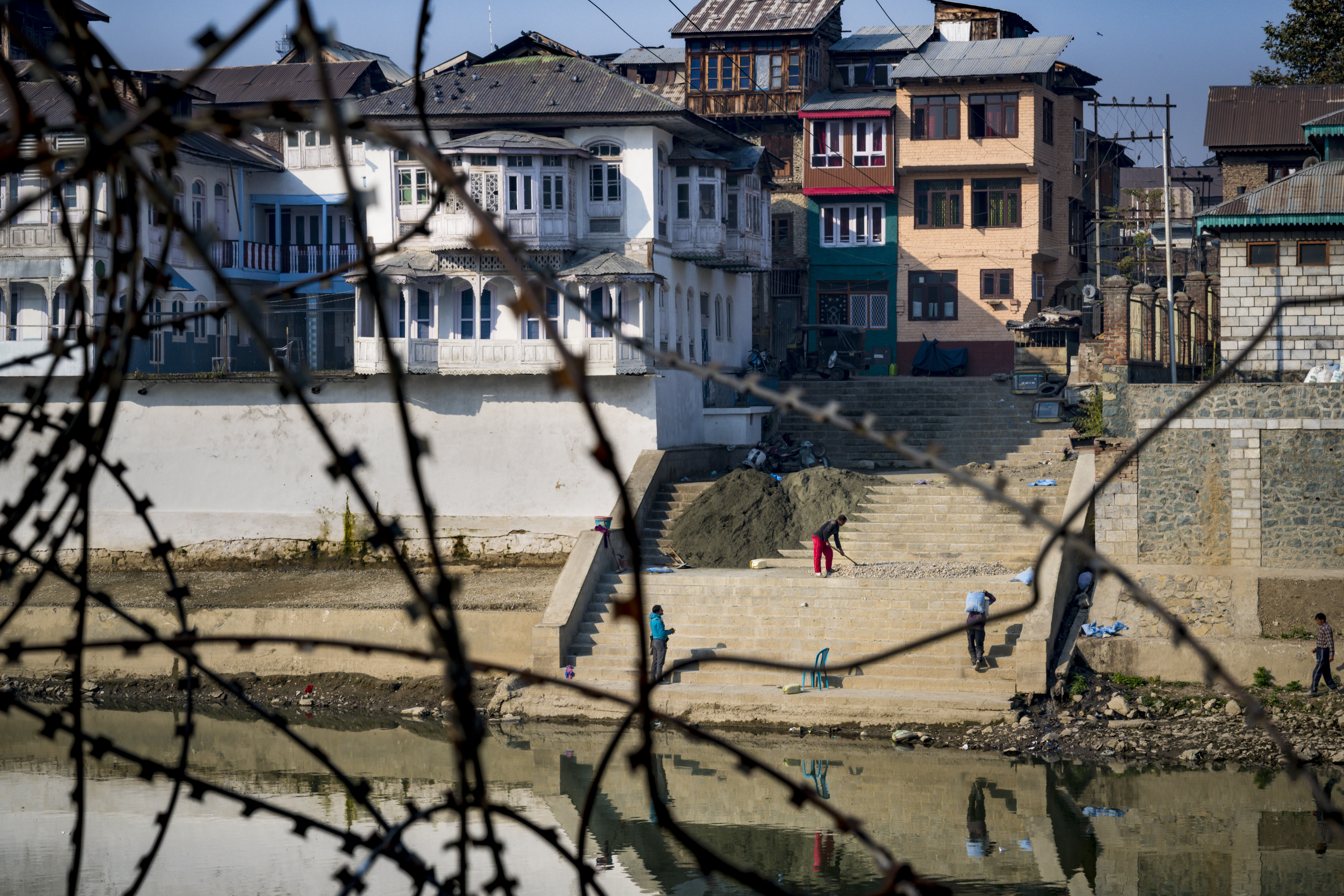Srinagar, barbwire in neighborhoods
