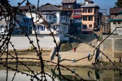 Srinagar, barbwire in neighborhoods