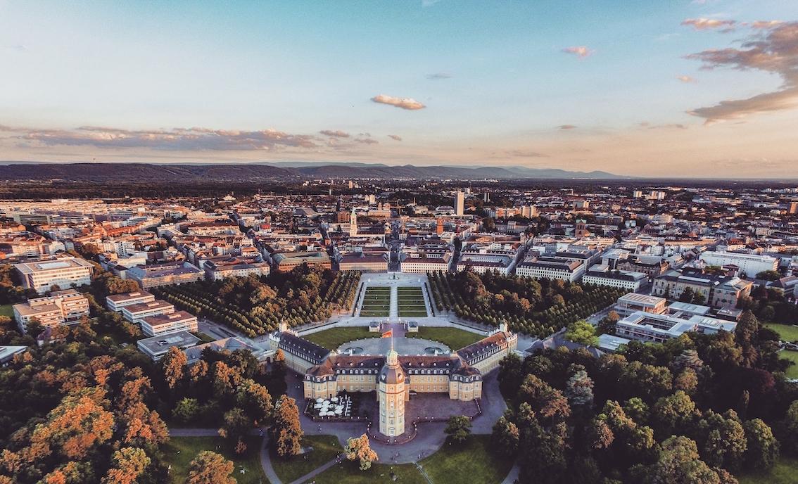 Drohnenbild Schloss Karlsruhe Herbst
