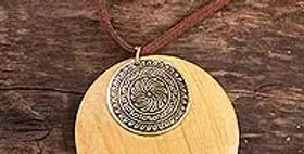 Medallón de latón y collar de discos de madera de haldu natural