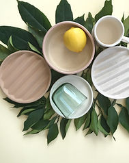 decoración platos cerámica monstera limón vaso cristal