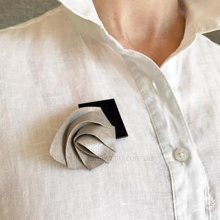 Wave brooch