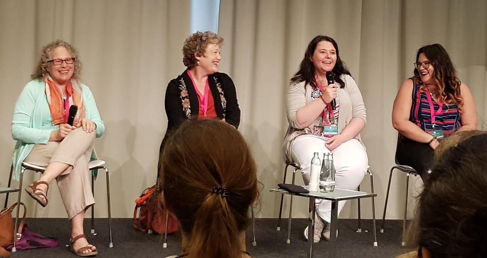 """Panel """"Von Kopf bis Fuß auf Liebe eingestellt. Wenn Autoren über Sex schreiben"""" mit Ella Quinn, Kathy Maxwell, Mona Silver, Monica James"""