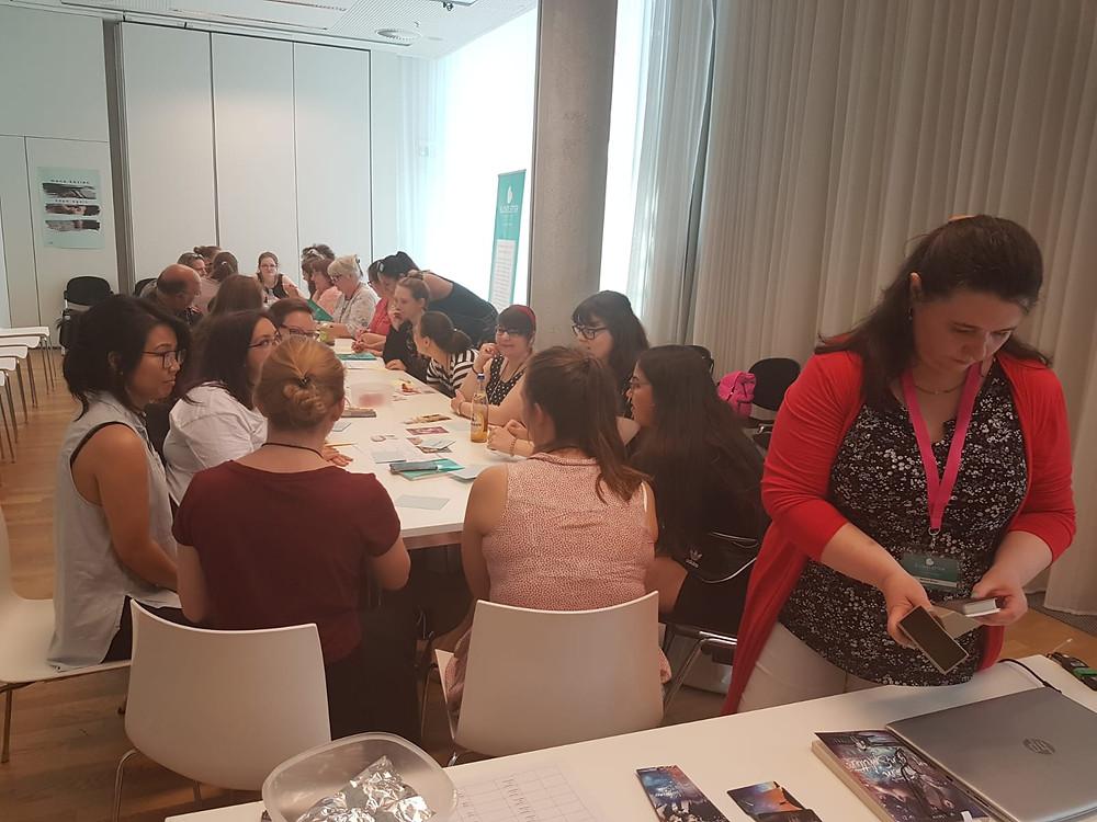 Der Workshop ist in vollem Gange. Heiße Diskussionen über die Zutaten für romantische Buchszenen.