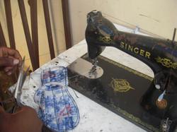 costurando sandália
