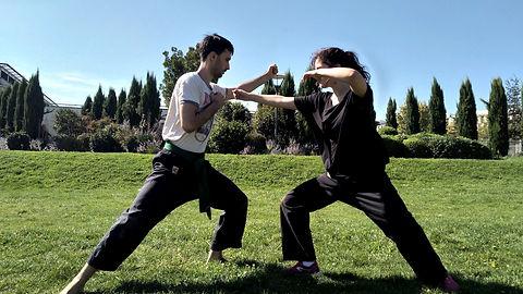 Photographie de deux élèves pratiquant la technique Jodan Uke.