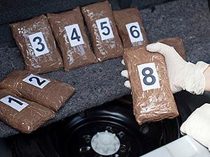 Quantidade de drogas não supera ilegalidade de prisão convertida de ofício