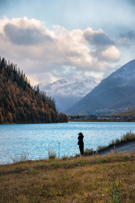 Uno scorcio del lago di Livigno con sullo sfondo l'omonimo paese.