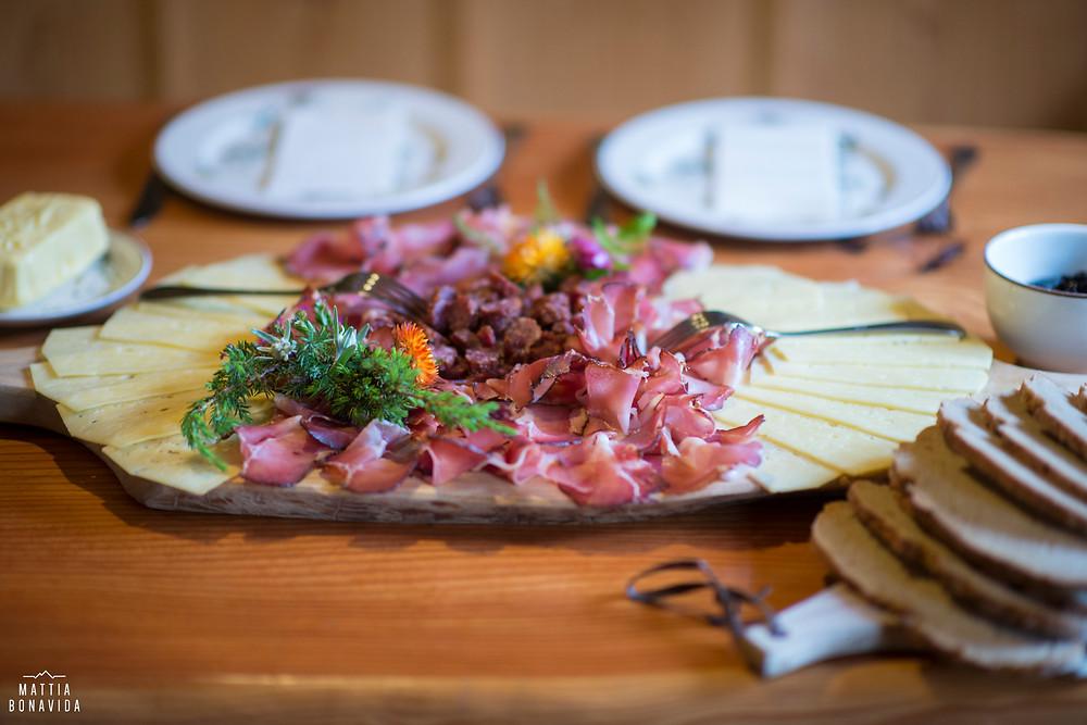 Ecco la colazione che ci hanno offerto in Malga tutto prodotto in casa una menzione speciale va al pane tedesco, e al burro di malga