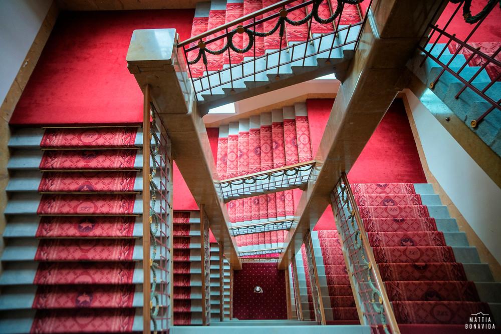 Ecco la vista dalla cima delle scale, davvero molto particolare anche grazie ai contrasti di luce e colori presenti nella cena