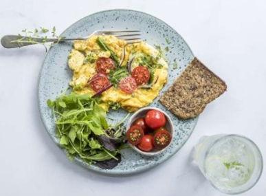 Omelett med spinat og cherry-tomater