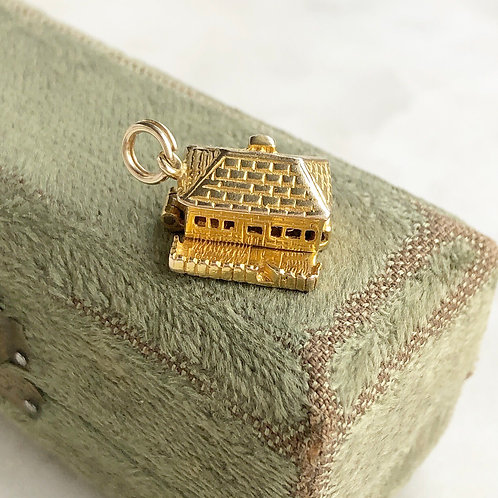 Vintage gold opening cottage house charm with garden
