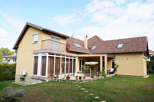 7 bedroom family house in Üröm