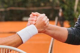 tennisspelers-die-handen-houden.jpg