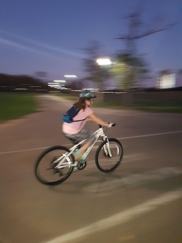 משתתפת של החוג על אופניים