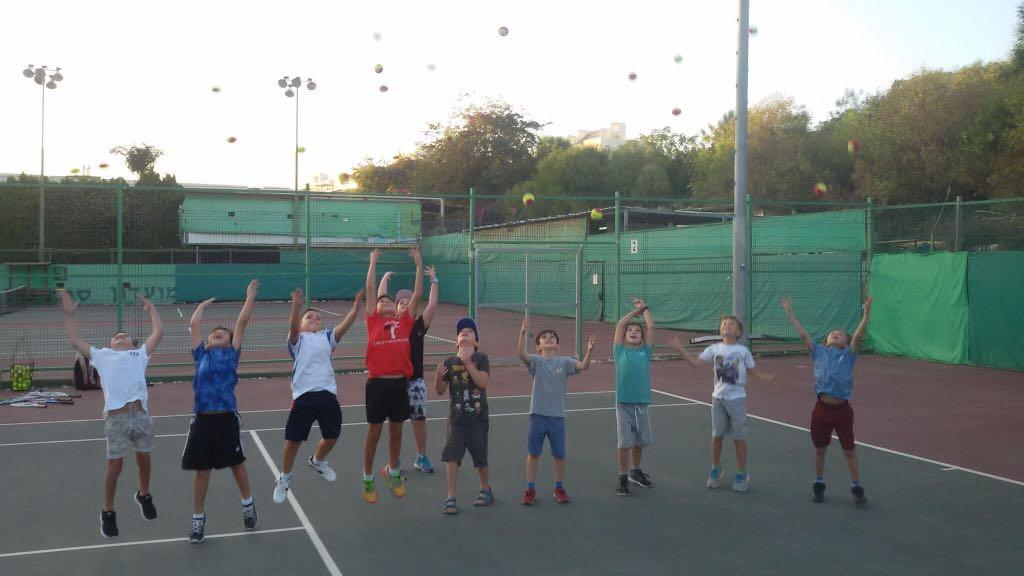 ילדים במגרש הטניס בסוף האימון
