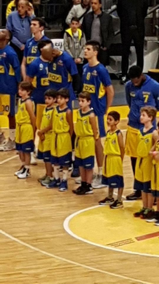 ילדי בית הספר לכדורסל במשחק