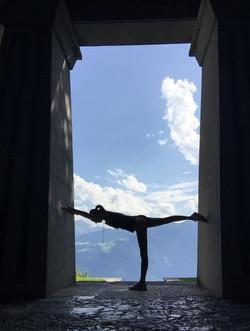 Aquila Camenzind_pax denkmal_yogi