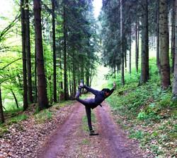 Yoga im Wald Aquila Camenzind