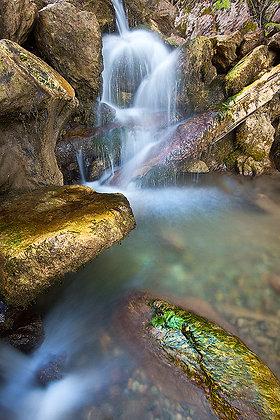 Kayaları işleyen su