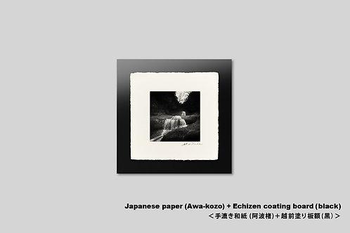 手漉き和紙,写真,インテリア,滝,日本の風景,モノクロ,正方形,和室,インテリアフォト,おしゃれ,モダン,アートフレーム,壁掛け,壁飾り,装飾,フォトフレーム,額装,アートポスター,新築祝い,プレゼント