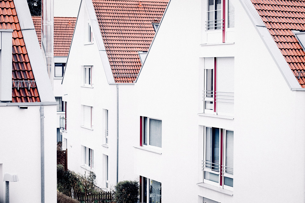 Moderne Reihenhäuser, weißer Putz