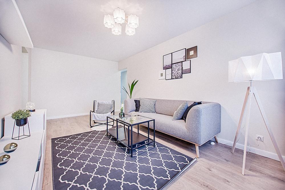 Möblierte moderne Wohnung in skandinavischem Stil.