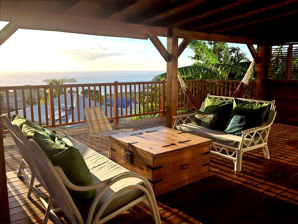 Terrasse avec vue mer et les îlets Pigeon de la Réserve Cousteau
