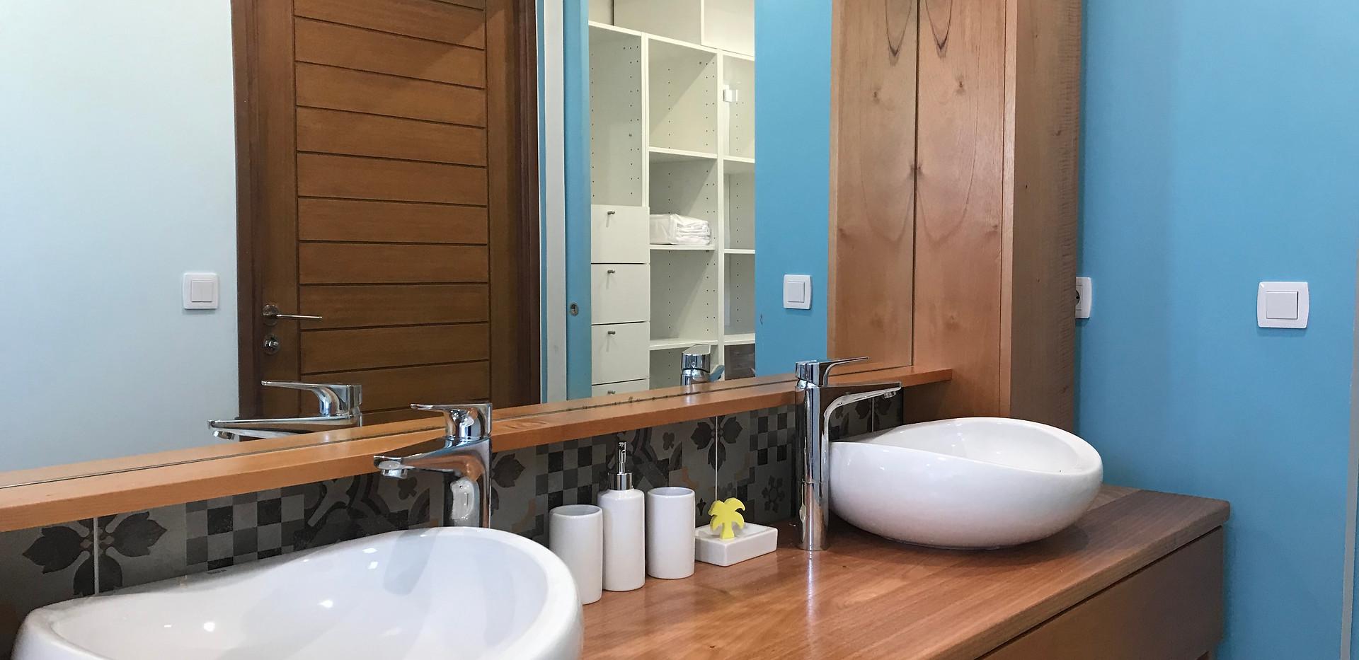 Double vasque de la salle d'eau de la chambre parentale