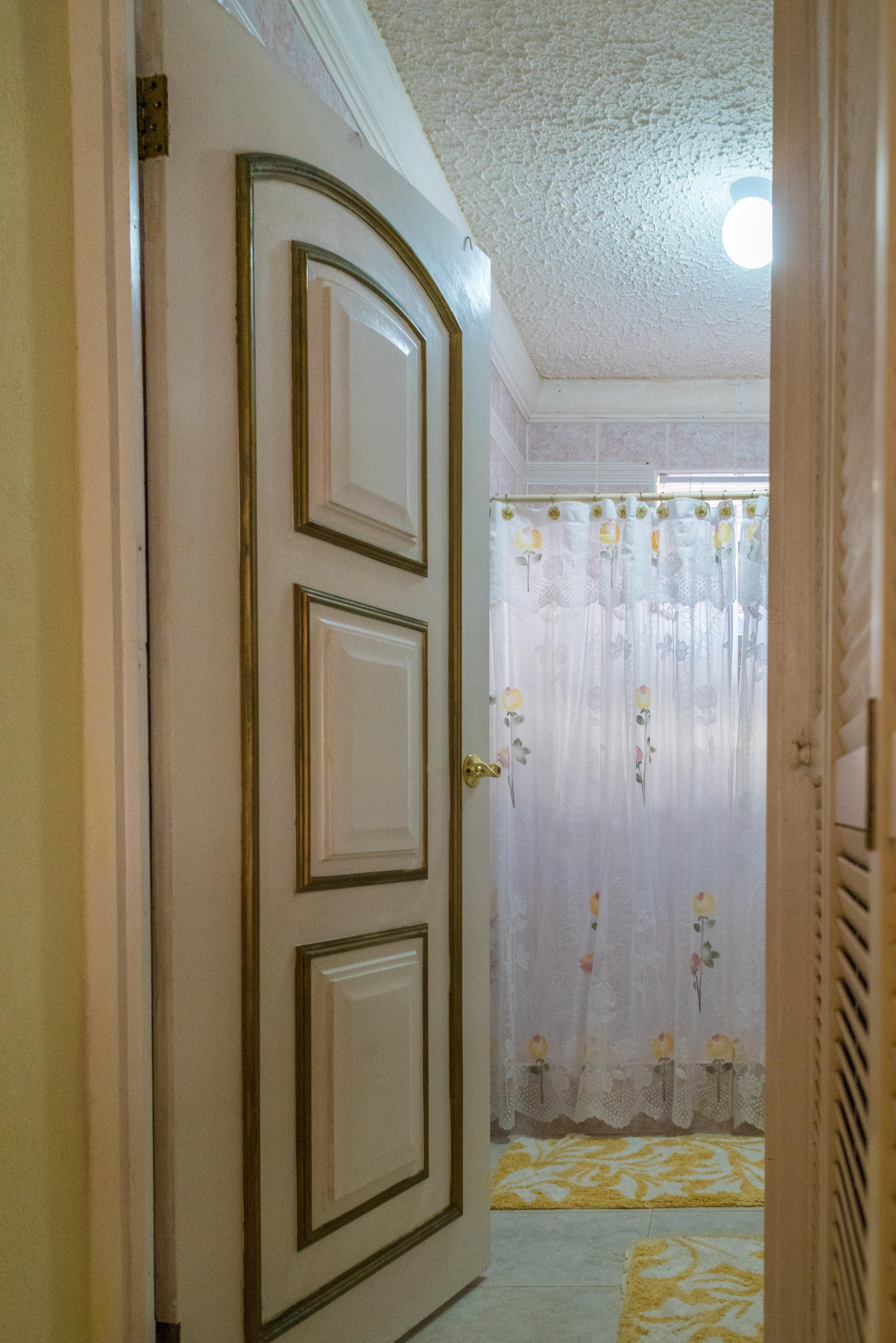 EMERALD LIVING | Main Bathroom