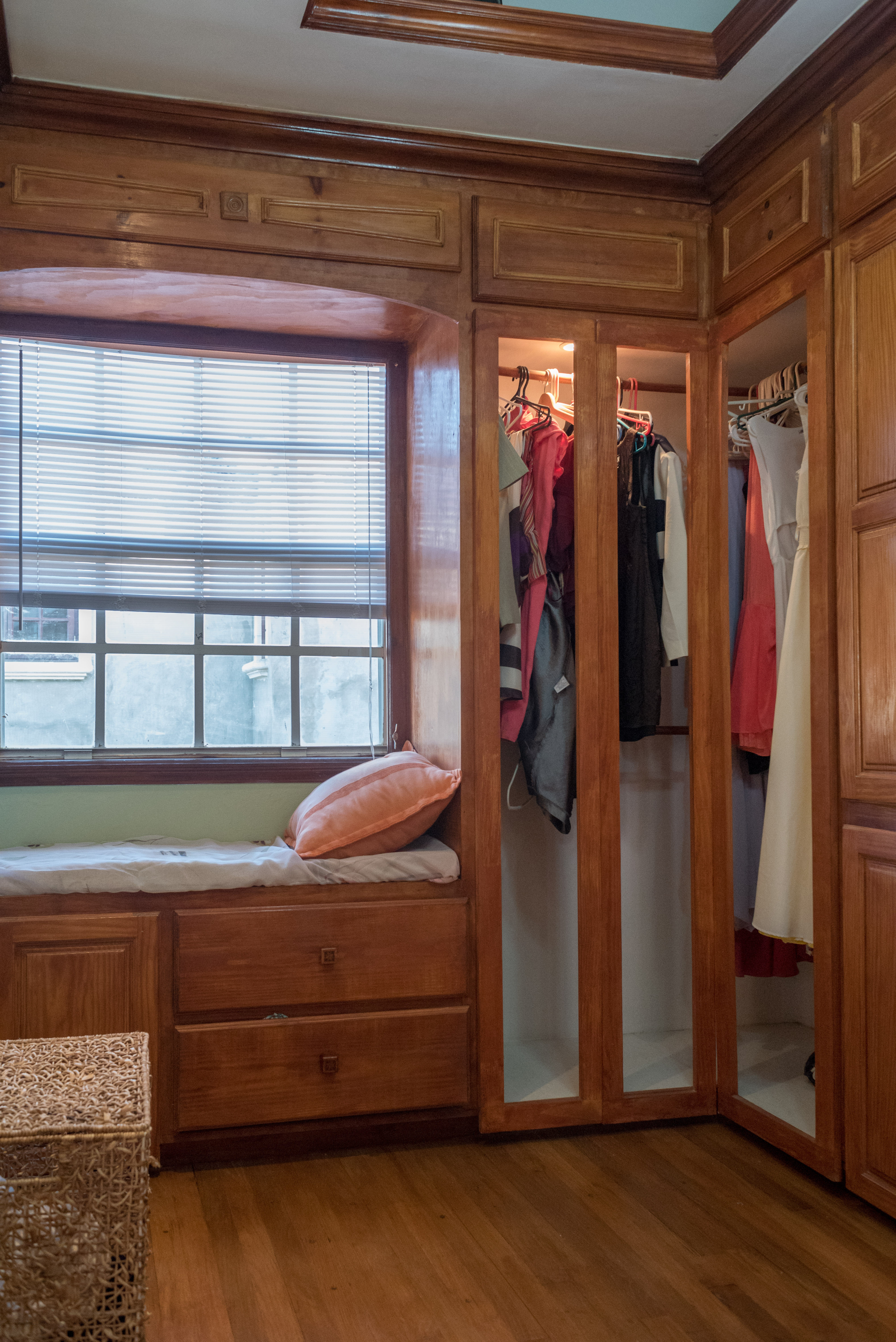EMERALD LIVING | Walk-in Closet
