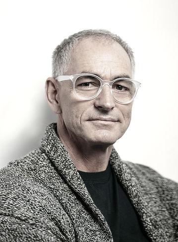 Homme agé avec lunette de vue progressiv