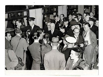 Charlie-Chaplin-at-Waterloo-Station-1952