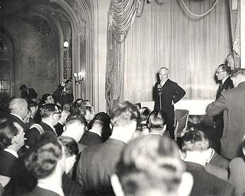 Charlie-Chaplin-Talks-to-the-Press-1952-
