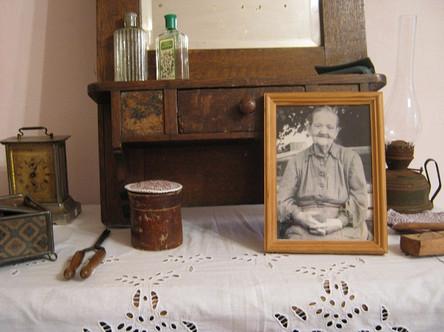 Родилась 31 мая 1874 года в деревне Крутово Покровского уезда в крестьянской семье. С десяти лет Олёна сидела в «няньках»- ухаживала за младшими сёстрами после смерти матери, нянчила детей у чужих людей в деревне Крутово. В ранней юности работала на торфяном болоте у помещика Бодрихина. Торфяницы под палящим солнцем и по колено в ледяной воде добывали торф.