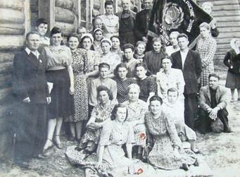Стахановцы, победители соцсоревнования из артели плисорезов, 1949