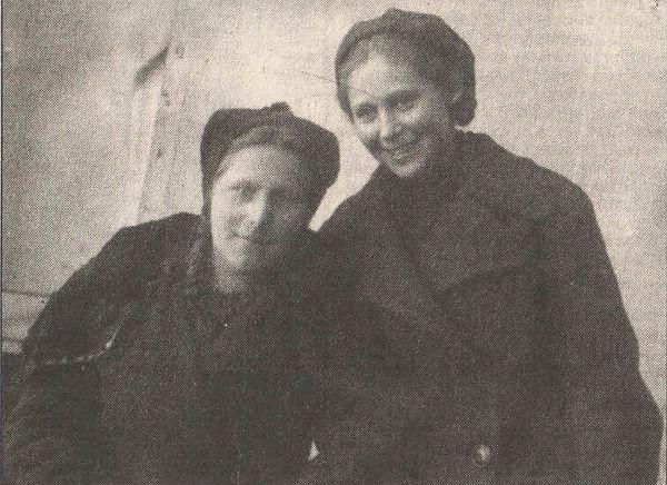На фото слева, Серова АлександраАндреевн