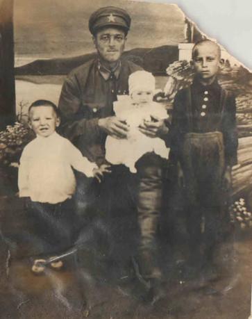 И.П.Еллкин с детьми
