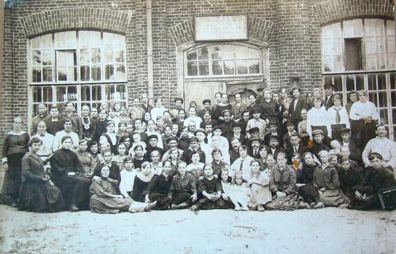 Рабочие артели, в центре в белой рубашке Александр Ефимович Крашенинников, 20-е годы.