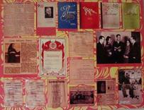 Информационный стенд о творчестве Елены Васильевны в военное время, её публикациях, выступлениях по радио, посещении госпиталей. Газета «Большевистское знамя» от 14 февраля 1943 года сообщает о командировании сказительницы вместе с виднейшими артистами страны в действующую армию.