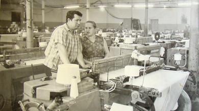 На рабочем месте ткачиха Симанахина Н.Ф. и пом.мастера Аносов А.А.